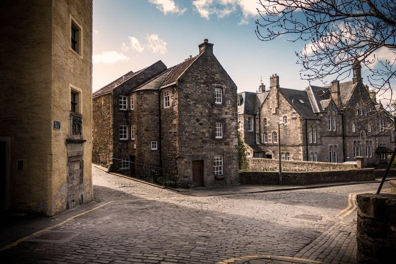 Vieux bâtiment entre deux rues parallèles