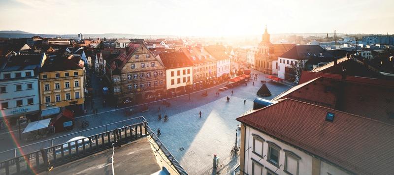 coucher de soleil sur place de ville