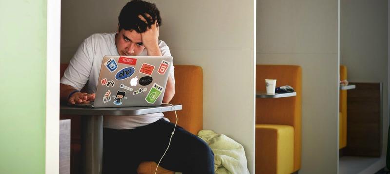 jeune homme ordinateur déçu