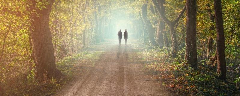 Couple marchant vers la lumière