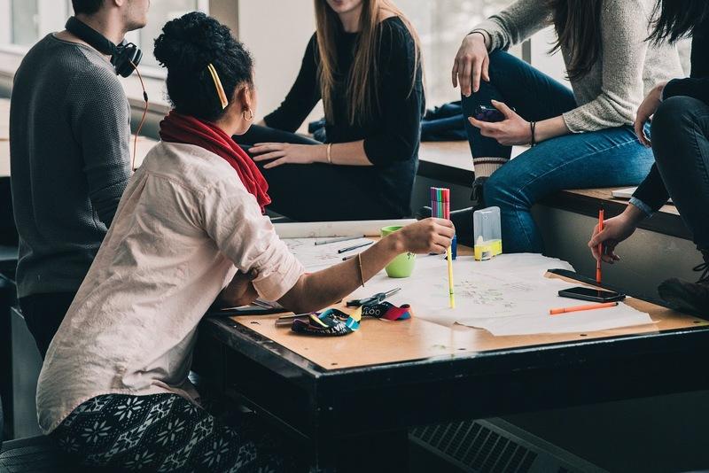 jeunes gens rassemblés autour d'une table