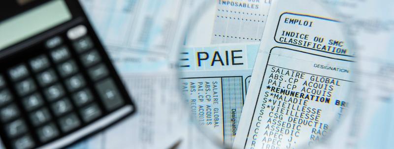 Bulletin de paie français à la loupe, avec calculette et stylo