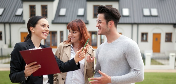 Jeune couple avec un agent immobilier