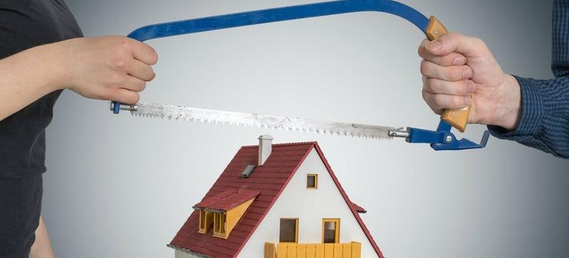 Couple sciant une maison