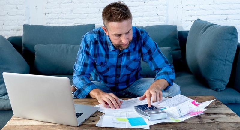 Homme gérant ses documents administratifs