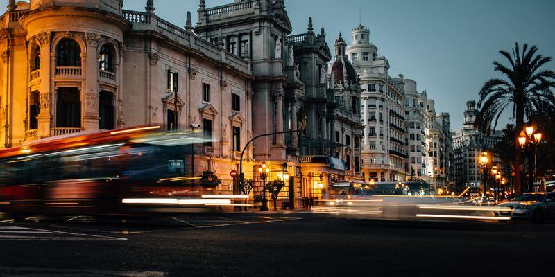 vue en large d'immeubles la nuit tombée avec train qui passe