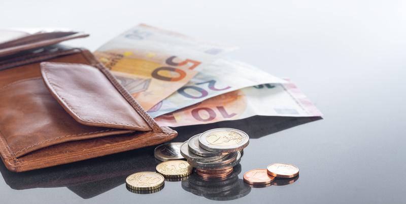 Finanzen, Geldbörse und Eurobargeld auf spiegeldem Tisch, Hintergrund