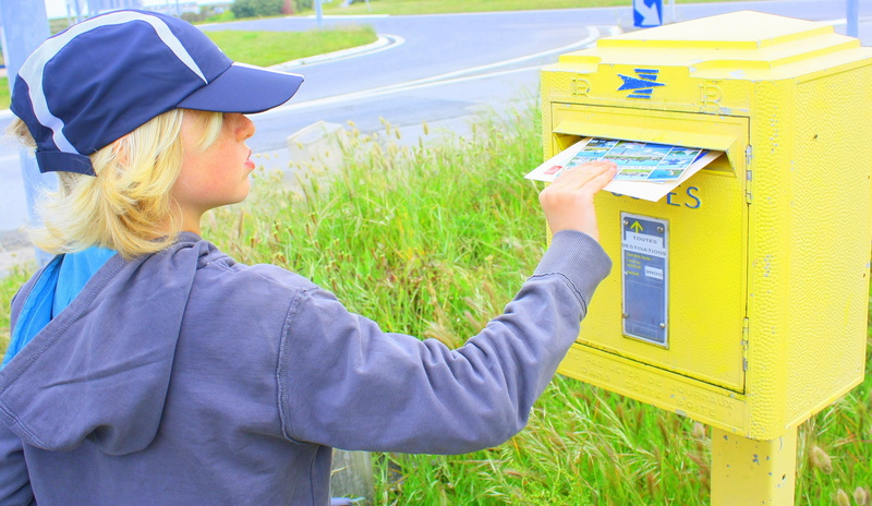 enfant qui poste du courrier