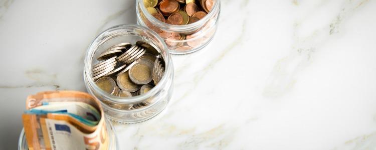 3 Gläser Konten mit Euro Scheinen, 2€ Münzen und Wechselgeld zum haushalten und sparen
