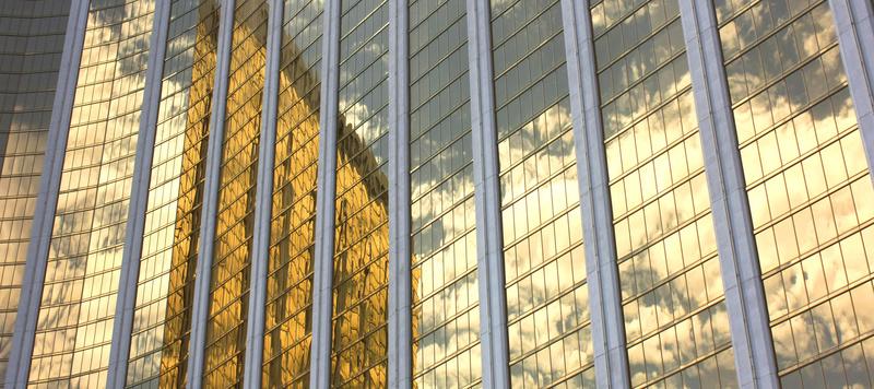 Building avec reflets or