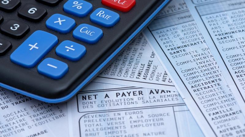 Bulletin de paie français avec une calculette