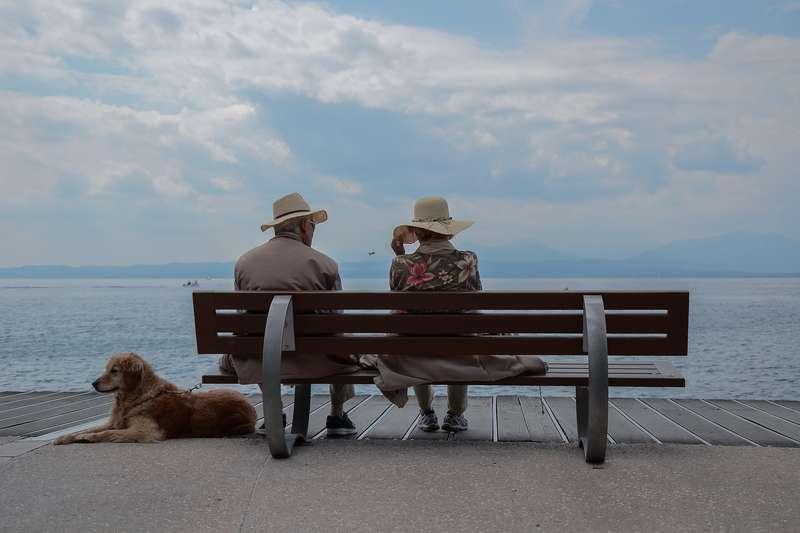 Si votre ascendant n'habite pas avec vous, vous pouvez choisir de payer la pension alimentaire en réglant directement certaines dépenses ou en procédant à un virement ou chèque.